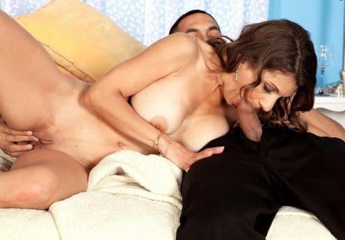 Die Mutter lutscht seinen Schwanz