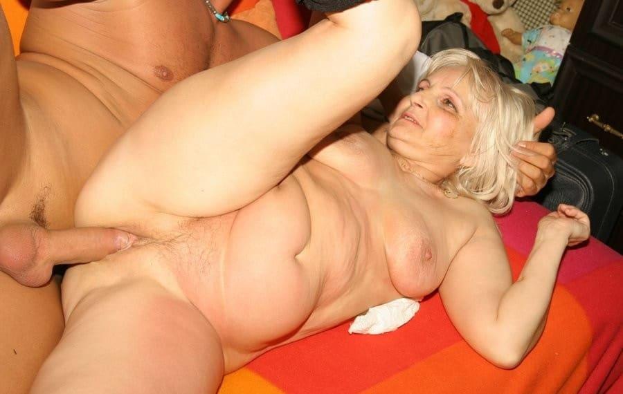 Oma Porno - Mit zwei Kerlen am Badesee gefickt