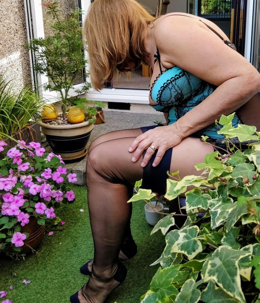 Frau im Garten erwischt